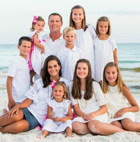 Halle-Rivers-with-her-family-members-and-siblings-image